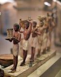 Modellera det begravnings- fartyget med sarkofaget av det avlidet och statyerna royaltyfria bilder