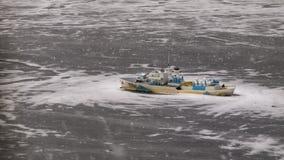Modellera fartyget som frysas i is i dammet för offentliga trädgårdar arkivbilder