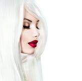 Modellera flickan med vitt hår och röda kanter arkivfoto