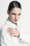 Modellera i vit Arkivfoton