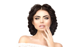 Modellera med den långa frisyren, flätade trådar av hår Skönhetkvinna med långt sunt och skinande slätt svart hår Updo Fas arkivbilder