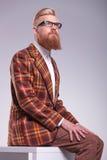 Modellera med det långa skägget som upp till ser hans sida Royaltyfri Foto