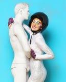 Modellera med ljust idérikt smink med hjälm- och manattrappen Royaltyfria Foton