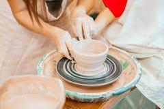 Modellera på ett hjul för keramiker` s Royaltyfri Foto
