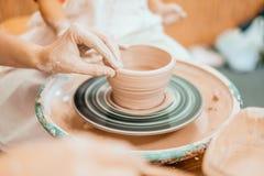 Modellera på ett hjul för keramiker` s Royaltyfri Fotografi