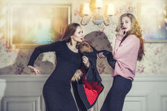 Modellerar den härliga kvinnan i trendig kläder under lyxig vintag arkivfoto