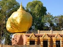 Modellerar den Kyaiktiyo pagodaen på det Bandong tempelet. Royaltyfri Fotografi