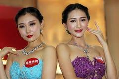 Modellerna med juvlarna Royaltyfri Fotografi