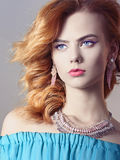 Modellflicka med makeup med smycken Arkivfoton