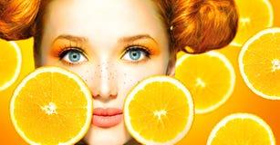 Modellflicka med saftiga apelsiner Royaltyfria Bilder