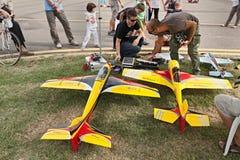 Modellflygplan med den elektriska motorn Arkivbild