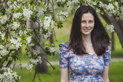 Modellfrau unter dem blühenden Baum Lizenzfreie Stockbilder