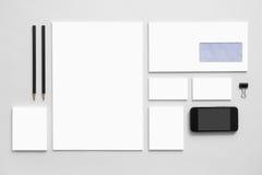 Modellgeschäfts-Brandingschablone auf Grau Lizenzfreies Stockfoto