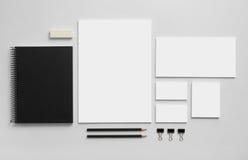 Modellgeschäfts-Markenschablone auf grauem Hintergrund lizenzfreie stockfotos