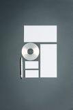 Modellgeschäftsschablone mit Karten, Papiere, Scheibe Lizenzfreie Stockfotografie