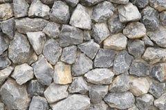 Modellgrå färgfärg av den moderna stildesignen staplade bakgrund för stenväggen, verklig yttersida för stenvägg med cement Arkivfoto