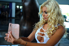 Modellhaltungen für ihren eigenen Telefonschnappschuß Lizenzfreie Stockfotos
