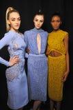 Modellhaltungsbühne hinter dem vorhang vor Modeschau Lizenzfreie Stockfotos
