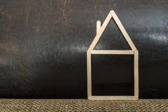 Modellhus som göras av träpinnar Arkivbild