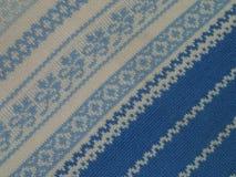 Modelli blu e bianchi sul maglione tricottato Immagini Stock Libere da Diritti