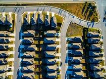 Modelli che guardano giù sopra le case suburbane di tramonto a nord di Austin vicino alla roccia rotonda Fotografie Stock
