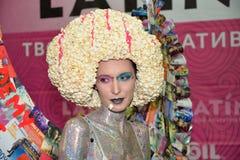 Modelli con i capelli e le ali del popcorn dalle riviste nella zona A della foto Fotografie Stock