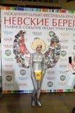 Modelli con i capelli e le ali del popcorn dalle riviste nella zona A della foto Fotografia Stock Libera da Diritti
