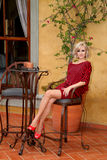 Modelli con il vestito a strisce nero e rosso dal maglione dell'ala del pipistrello Fotografia Stock Libera da Diritti