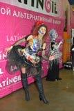 Modelli in costume esagerato con capelli rossi ed in stivali nel phot Immagine Stock