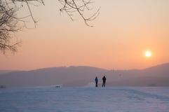 Modelli degli aeroplani, tramonto nelle montagne, inverno di divertimento Fotografia Stock