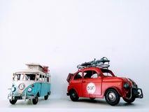 Modelli del camper e dell'automobile su fondo bianco immagini stock