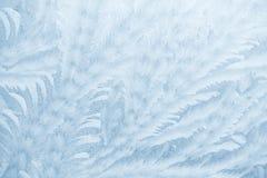 Modelli del gelo sul vetro di finestra nella stagione invernale Struttura di vetro glassato Priorità bassa per una scheda dell'in fotografia stock libera da diritti