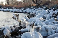 Modelli del ghiaccio lungo la riva rocciosa Fotografie Stock