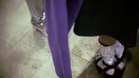 Modelli del piede due che aspettano la manifestazione al dietro le quinte della settimana di modo archivi video