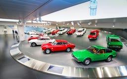 Modelli dell'alfa Romeo Giulia e di Junior Zagato su esposizione al museo storico Alfa Romeo fotografie stock libere da diritti