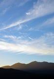 Modelli della nuvola di zigzag nel cielo sopra le montagne al crepuscolo Fotografia Stock