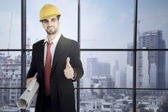 Modelli della tenuta dell'uomo d'affari e pollice di rappresentazione su Immagine Stock Libera da Diritti