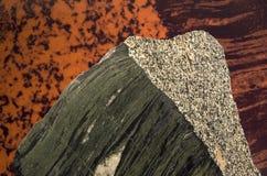 Modelli delle montagne su una grande roccia fotografia stock libera da diritti