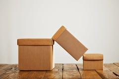 Modelli delle scatole di cartone ondulate marroni in bianco Fotografie Stock Libere da Diritti