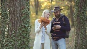 Modelli di autunno di modo che posano nel parco Donna ed uomo del ritratto di autunno di modo con le foglie di acero gialle sulla stock footage