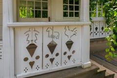 Modelli di legno sul portico della casa Fotografia Stock Libera da Diritti