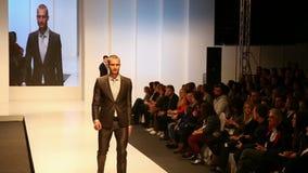 Modelli di moda maschii che indossano i vestiti stock footage