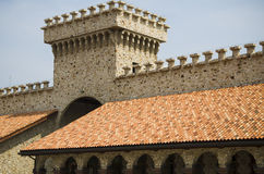 Modelli e finestre del tetto di mattonelle rosse Immagini Stock Libere da Diritti