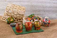 Modelli e pittura colorati luminosi dell'ornamento sulle uova per Pasqua Fotografia Stock