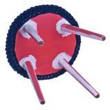 Modelli fatti a mano di bianco di rosa delle feci Sedile rotondo in materiale blu Fotografie Stock Libere da Diritti