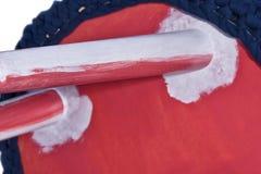 Modelli fatti a mano di bianco di rosa delle feci Sedile rotondo in materiale blu Fotografia Stock