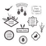 Modelli felici, icone, etichette con gli uccelli, uova e conigli di Pasqua Fotografia Stock