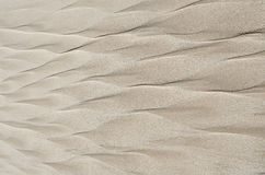 Modelli geometrici sulla sabbia della spiaggia sotto forma di piuma Fotografie Stock
