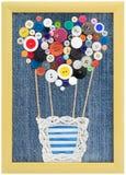 Modelli l'aerostato dei bottoni nel telaio sul fondo dei jeans Fotografie Stock Libere da Diritti