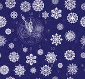 Modelli l'orologio senza cuciture di contorno con il meccanismo ed i fiocchi di neve su un fondo blu scuro Fotografia Stock Libera da Diritti